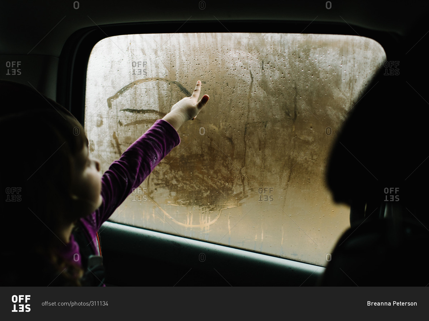 1500x1121 Girl Drawing In Condensation Of Car Window Stock Photo