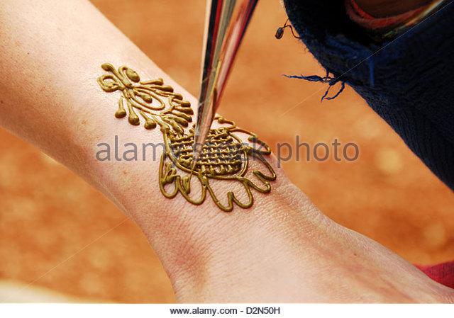 640x449 Drawing Henna On Hand Stock Photos Amp Drawing Henna On Hand Stock