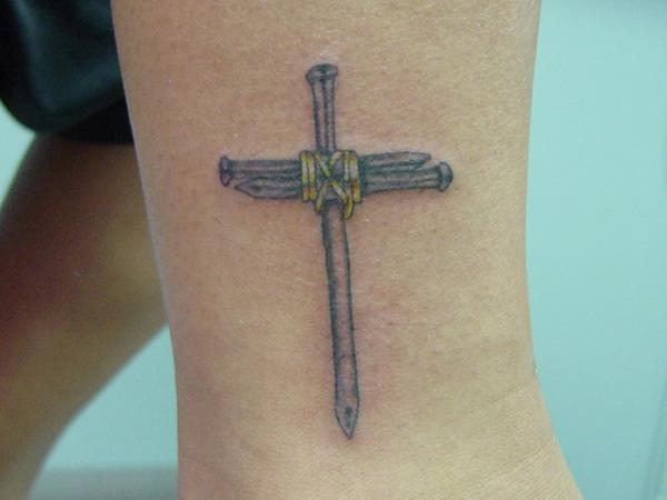 600x450 25 Cool Small Cross Tattoos