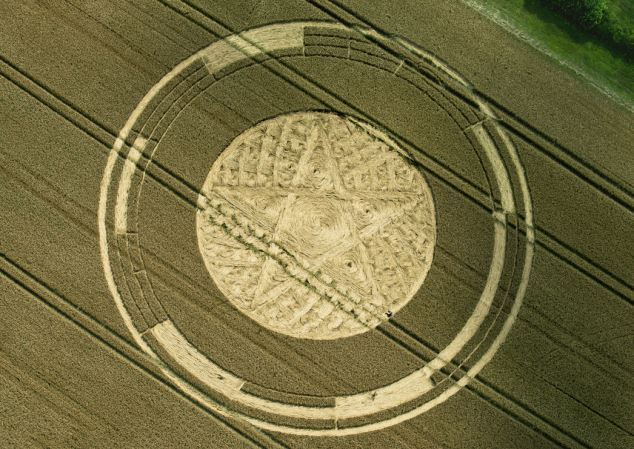 634x449 Pentagram Crop Circle That's Drawing Fans From Far Afield Daily