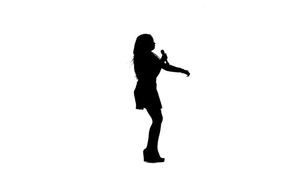 590x332 Girl Sings