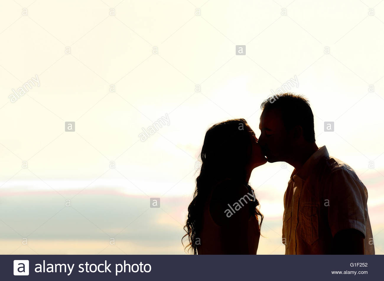 1300x952 Silhouette Of Romantic Young Couple Kissing
