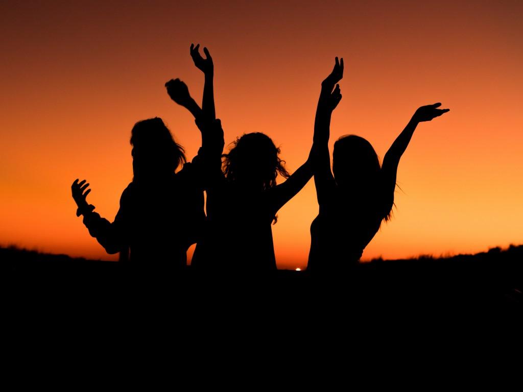 1024x768 Wallpaper Girls, Sunset, Joy, Happy, Mood, Silhouette, 5k